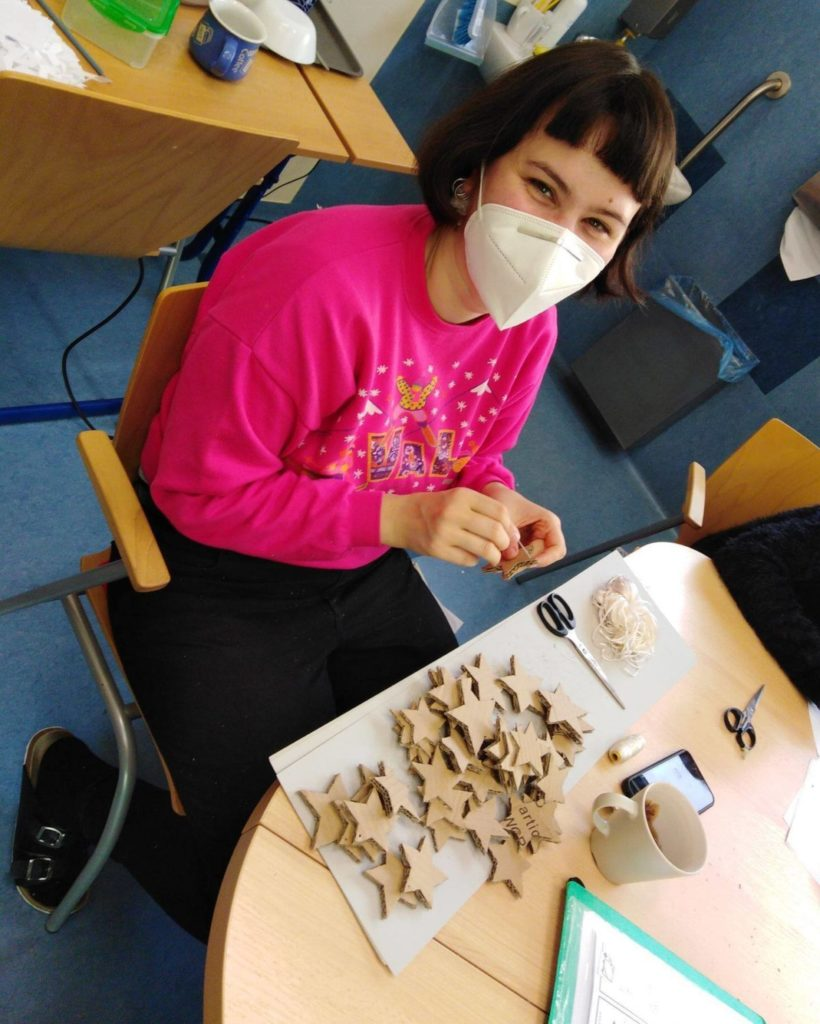 Amélie on her mission site, smiling behind her mask while creating !